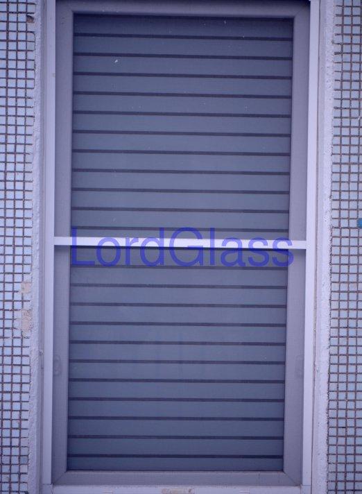 Наклеена декоративная пленка на окно (вид с улицы)